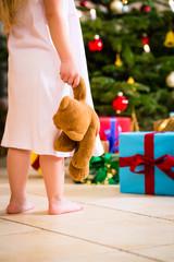 Mädchen mit Weihnachtsgeschenk an Heiligabend