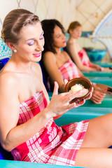 Frauen im Dampfbad mit Wellness Peeling