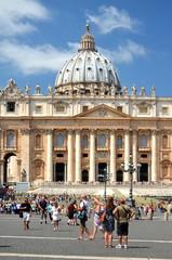 Turyści na Placu Św. Piotra w Rzymie