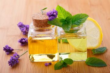 Duftendes Massageöl mit Minze und Lavendel