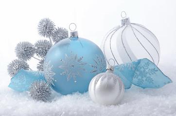 Weihnachtskugeln mit Silberdisteln