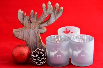 rode  kerstdecoratie met kaarsjes en rode achtergrond