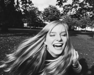 Junge Frau lacht herzhaft