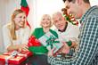 Paar mit Geschenken und Senioren an Weihnachten
