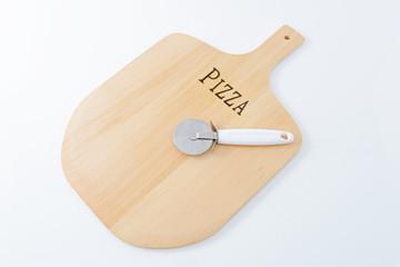 ピザカッターと木製トレイ
