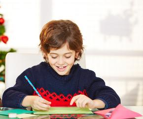 Kind schreibt Wunschzettel für Weihnachten