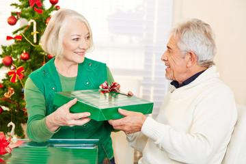 Senioren feiern Weihnachten mit Geschenken
