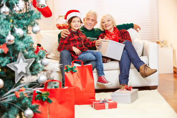 Senioren und Kind feiern Weihnachten