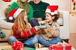 Geschwister schenken sich Geschenke zu Weihnachten