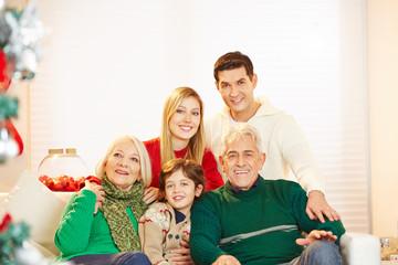 Familie mit Kind und Senioren zu Weihnachten