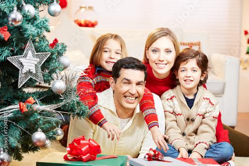 canvas print picture Familie zu Weihnachten mit Geschenken am Weihnachtsbaum