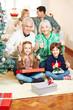 Familie an Weihnachten hält Daumen hoch
