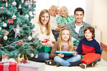 Familie feiert Weihnachten mit drei Generationen