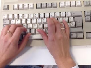 manos de mujer escribiendo en un teclado