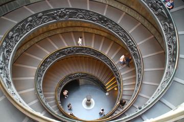 Ein Treppenhaus im Vatikan