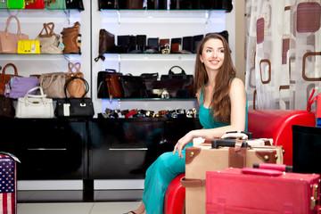 Девушка в магазине сумок