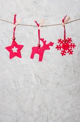 Weihnachtliche Filzanhänger vor rustikaler Wand