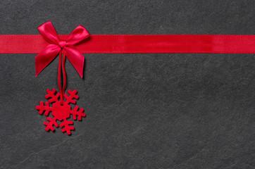 Weihnachtlicher Filzanhänger mit Schleife auf Schiefer