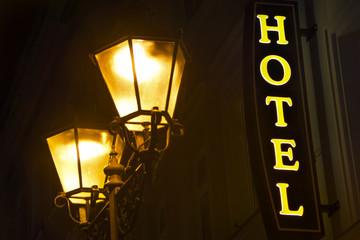 Leuchtreklame HOTEL & Straßenlaterne bei Nacht