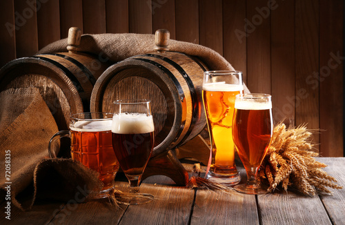 Poster Alcohol Beer barrel with beer glasses on table on wooden background