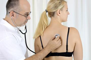 Arzt mit Stethoskop hört Patient ab