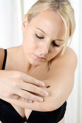 Frau mit Verdacht auf Hautkrebs auf Arm