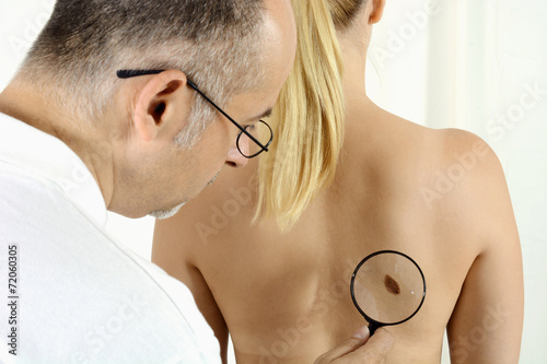 Leinwanddruck Bild Hautarzt bei Hautkrebs Vorsorgeuntersuchung