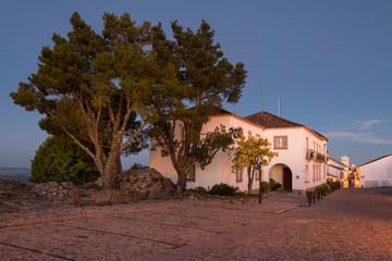 Vista nocturna da vila mediaval de Marvao