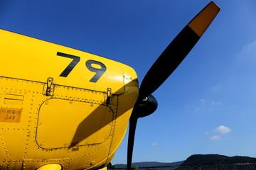黄色いプロペラ機