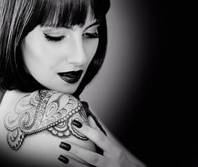 Mädchen mit Tattoo sw
