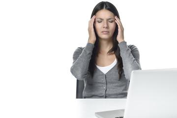 Junge Frau mit Kopfschmerzen im Büro