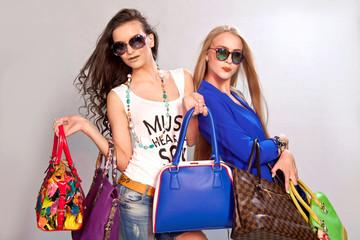 Девушки с модными сумками