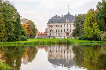 Zamek w parku