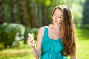 Девушка фотографирует на телефон себя