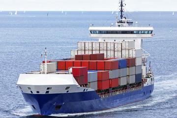 Containerschiff auf der Ostsee bei Kiel