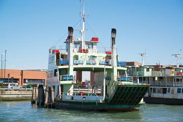 Корабль на причале в порту Венеции, Италия