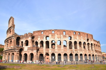 Monumentalne coloseum w Rzymie na tle niebieskiego nieba, Włochy
