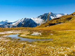 Bergsee in den herbstlichen Alpen