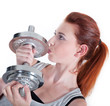 Junge rothaarige Frau liebt ihren Sport und küsst Hantel
