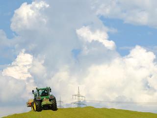 Traktor schaufelt Mais