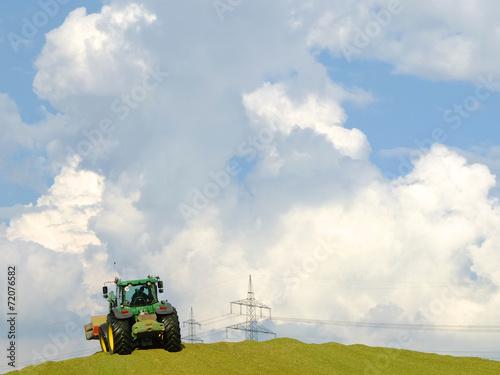 canvas print picture Traktor schaufelt Mais