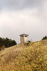 Beobachtungsturm der DDR auf einem Hügel