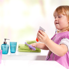 Kind beim Zahnpasta auftragen