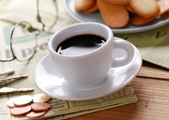 tazza di caffè e giornale