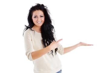 junge Frau zeigt leeren Raum für Produkt oder Text