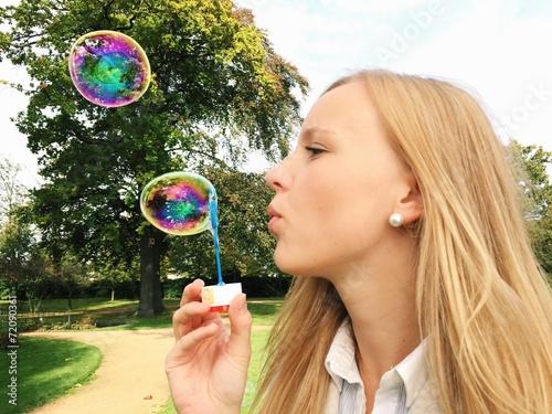 canvas print picture Junge Frau macht Seifenblasen