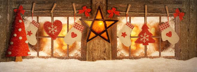 Weihnachtlich dekoriertes Fenster beleuchtet