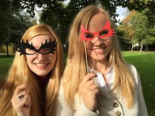Frauen mit Brillen aus Pappe