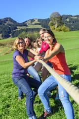 Frauen-Team zieht an einem Strang
