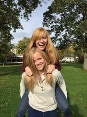 Zwei Blondinen haben Spaß
